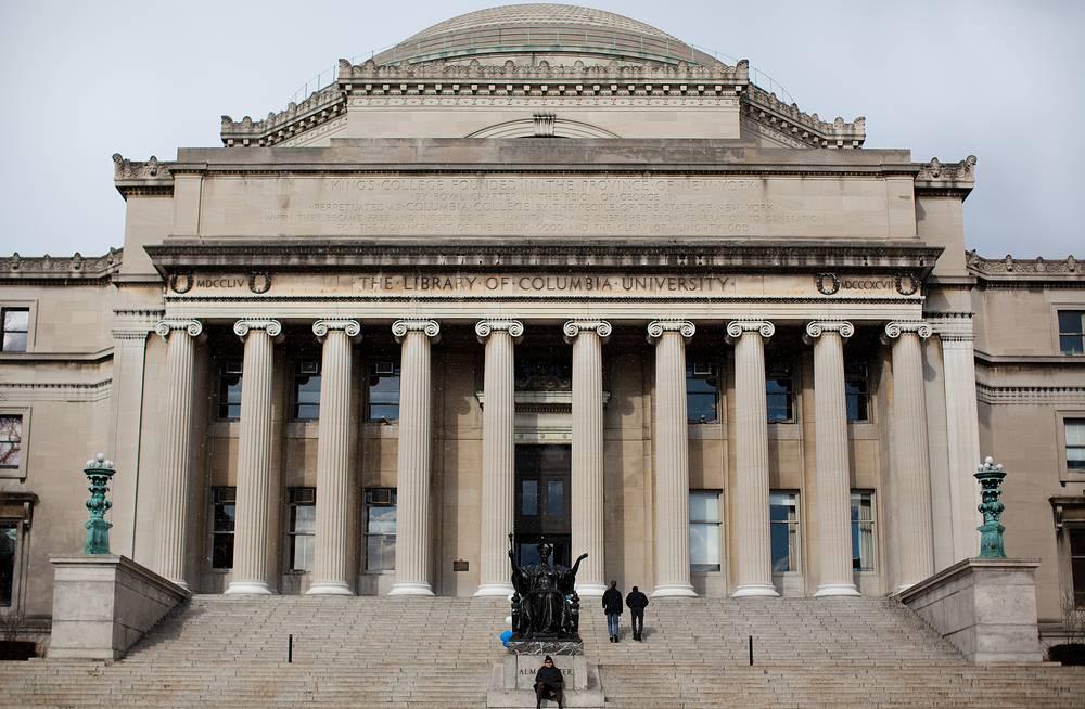 """Колумбийский университет (Columbia University) Образован на базе Кингс-колледжа (Королевского колледжа), основанного в 1754 г. в Нью-Йорке. С 1758 г. начал присваивать ученые степени. В 1784 г. включен в состав университета штата Нью-Йорк и переименован в Колумбийский колледж, с 1787 г. - частный вуз. В 1912 г. колледжу присвоен статус университета. Управляется советом попечителей. При университете свыше 30 библиотек, в том числе основная — Саут-Холл, техническая, юридическая, медицинская и др., а также Бахметьевский архив, одно из крупнейших хранилищ материалов русской эмиграции. Расположен в г. Нью-Йорк, район Манхэттен. Входит в элитную """"Лигу плюща"""".  Известный выпускник университета - президент США Барак Обама. Среди выпускников университета - 39 лауреатов Нобелевской премии"""
