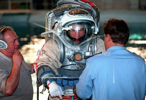 Рекорд по общей продолжительности пребывания человека в открытом космосе принадлежит российскому космонавту Анатолию Соловьеву. За свою карьеру он совершил 16 выходов в космическое пространство и провел там в общей сложности 82 часа 22 минуты