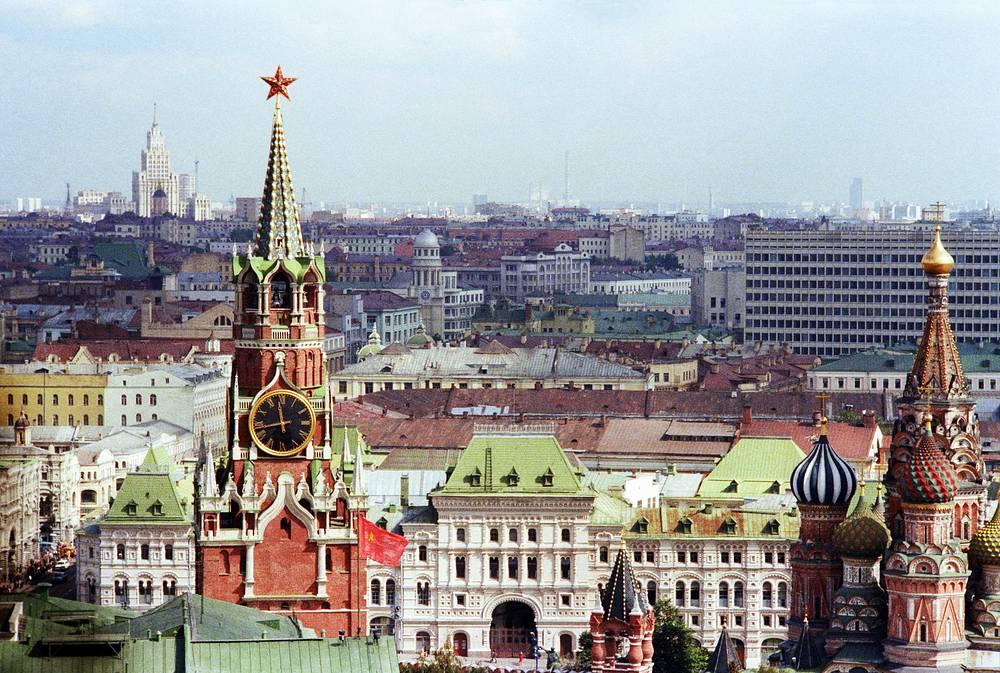 Вид с колокольни Ивана Великого на Спасскую башню Московского Кремля и собор Василия Блаженного, 1978