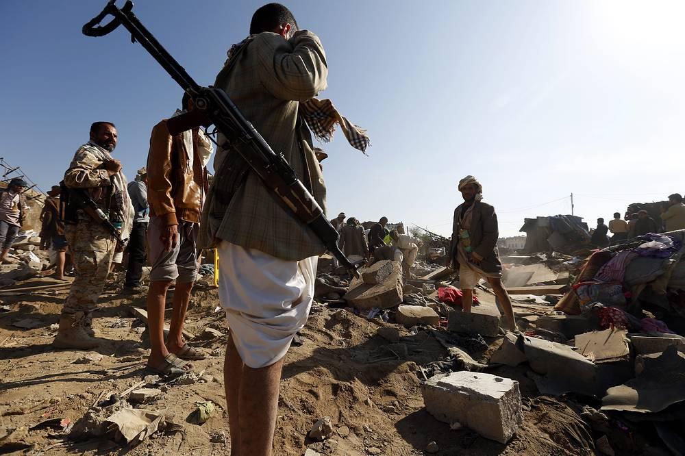 """Оперативный штаб операции """"Буря решимости"""" объявил о введении воздушной и морской блокады сторонников шиитских мятежников. На фото: последствия авиаударов в Сане, 26 марта"""