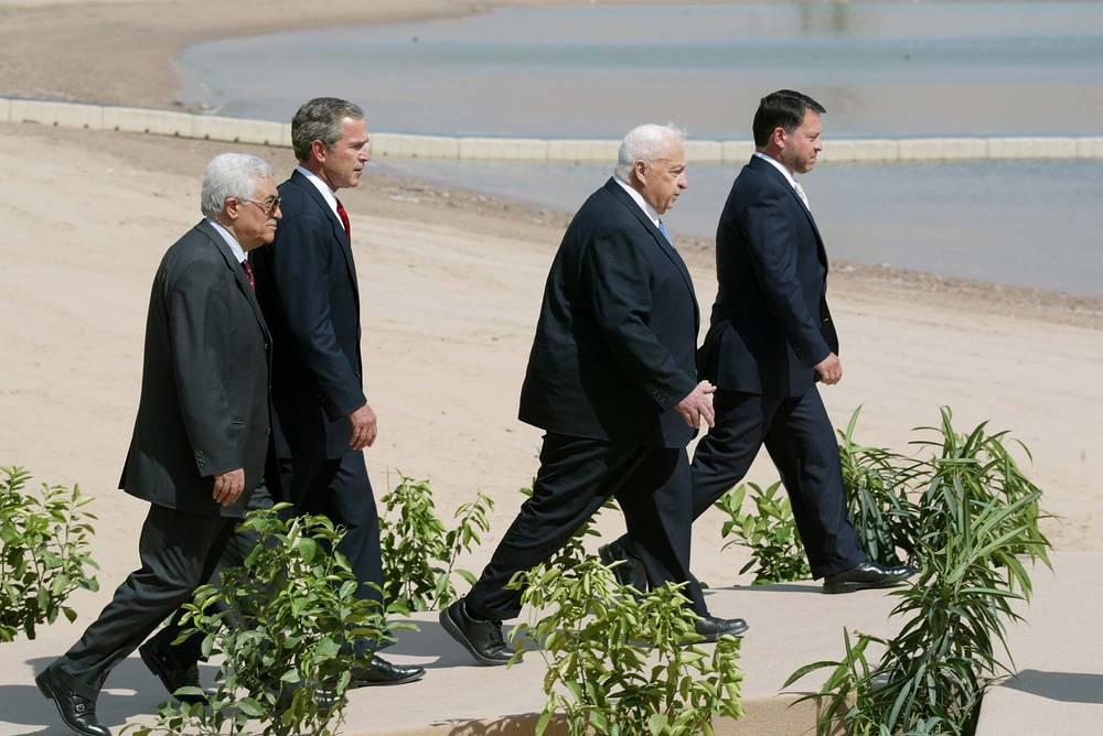 В начале 2000-х гг. Арафат стал неприемлемым переговорщиком для США и Израиля, диалог с палестинцами шел через Аббаса, который в 2003 году стал премьер-министром. Однако он недолго продержался на этом посту из-за разногласий с Арафатом. На фото:  Махмуд Аббас, президент США Джордж Буш, премьер-министр Израиля Ариэль Шарон и король Иордании Абдалла по окончанию очередных переговоров, касающихся палестино-израильского урегулирования, июнь 2003 года