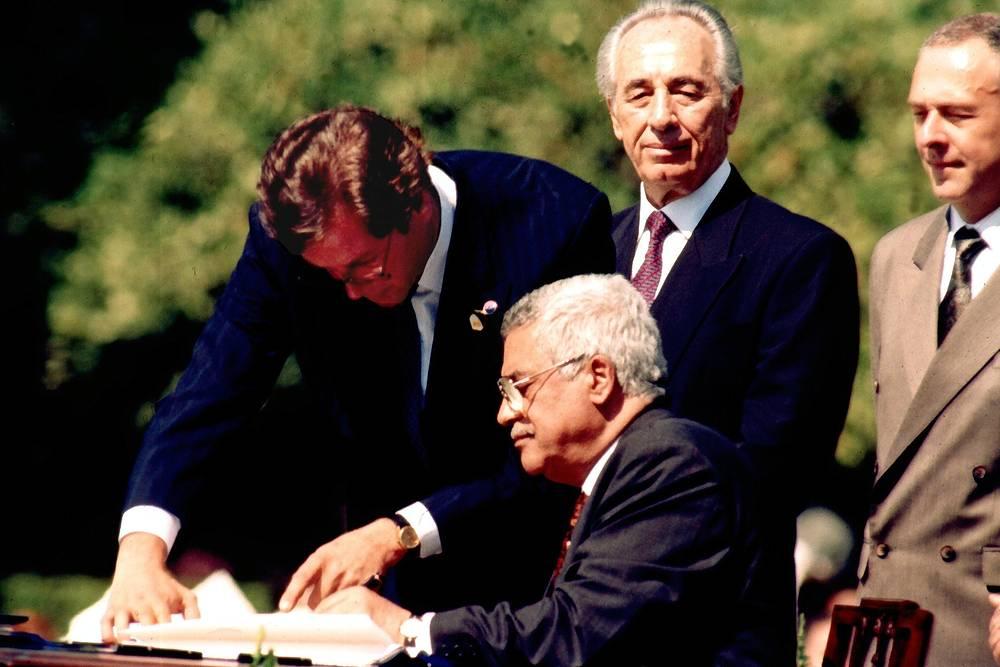 Махмуд Аббас всегда выступал за решение палестино-израильского конфликта путем переговоров. И именно он подписал первое соглашение между палестинцами и израильтянами в сентябре 1993 года в Вашингтоне