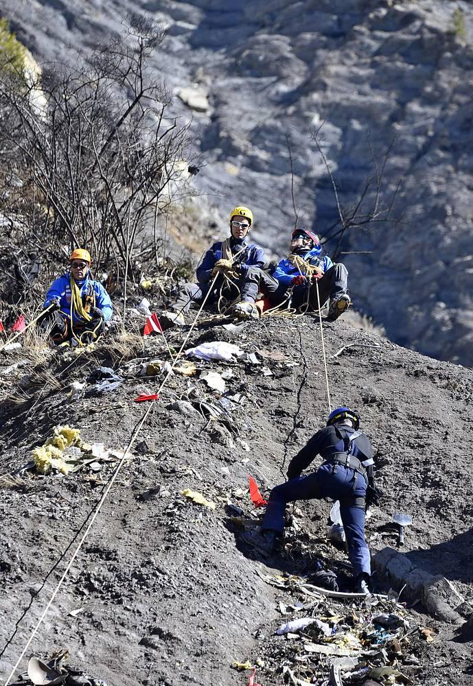 Сейчас в районе падения самолета работают 37 человек из аварийно-спасательных бригад и 11 следователей, а также пять человек, ведущих юридическое расследование