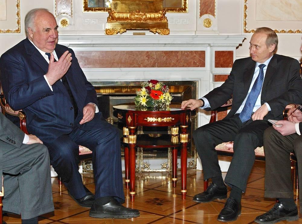 Президент России Владимир Путин и бывший канцлер ФРГ Гельмут Коль во время встречи в Москве, 6 марта 2002 года