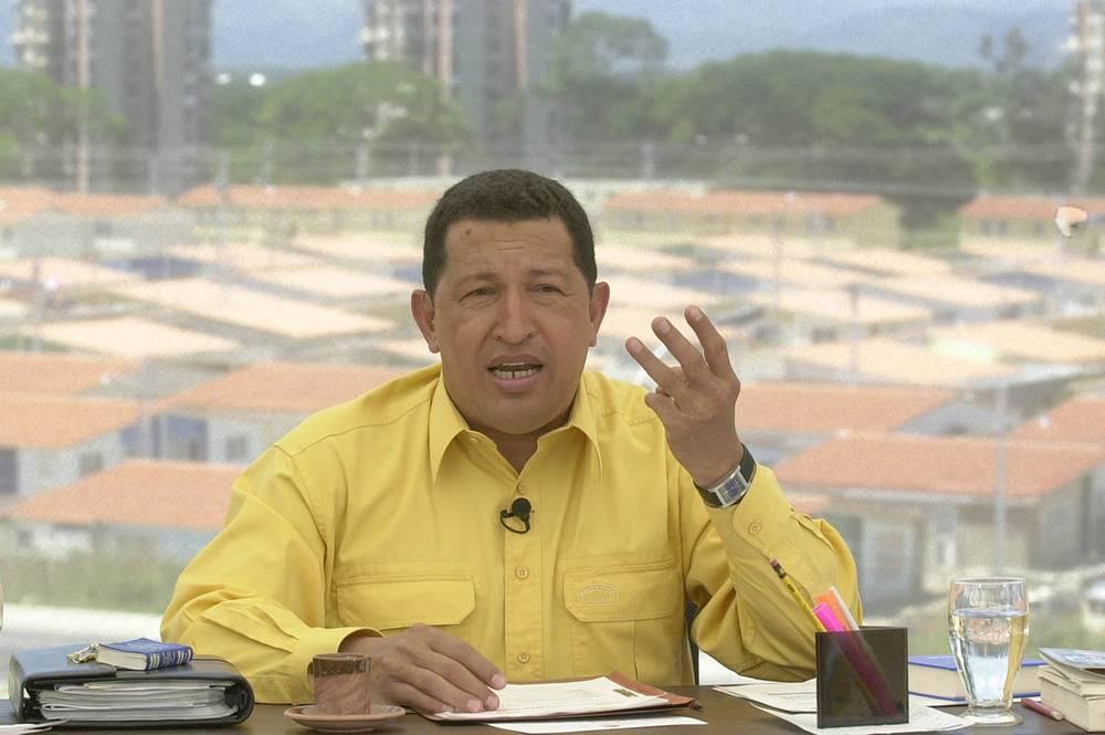 """Президент Венесуэлы Уго Чавес предпочитал общаться с гражданами через передачу """"Алло, президент"""". На фото: Чавес во время одного из телеэфиров, 18 августа 2002 года"""