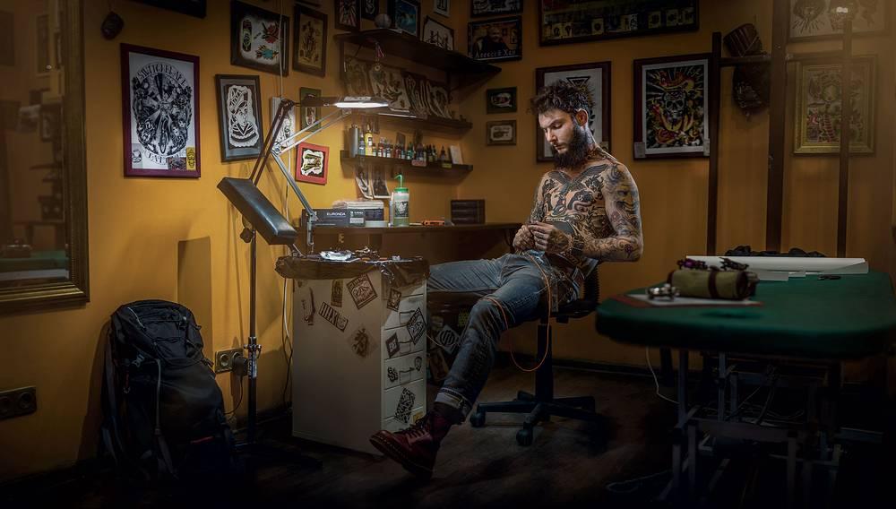 Татуировщик Михаил. Автор Илья Нодия, Омск