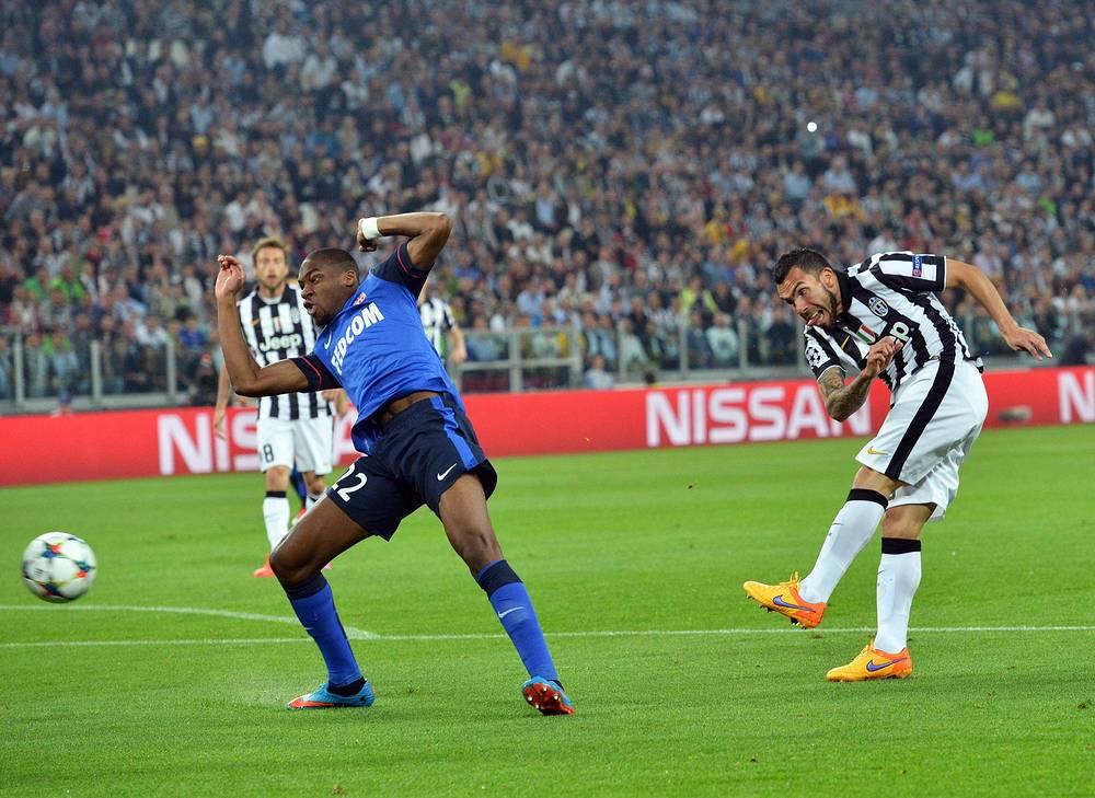 """Итальянская команда не отсиживалась в обороне (На фото - удар Карлоса Тевеса (справа) по воротам """"Монако"""")"""