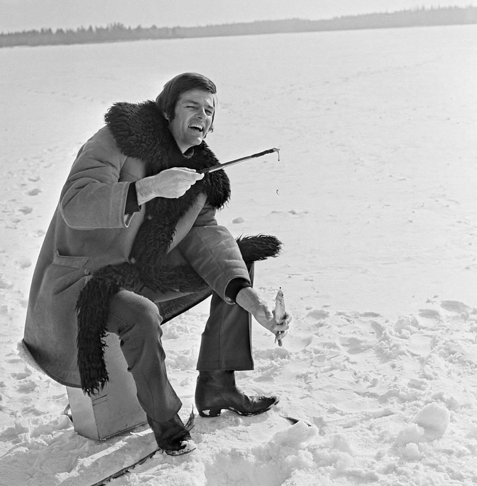 Американский певец Дин Рид на рыбалке в Карелии, 1974 год