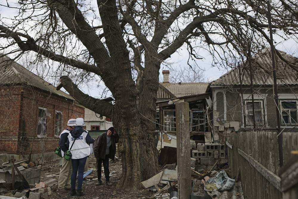 Представители ОБСЕ в течение недели фиксировали многочисленные случаи нарушения режима прекращения огня в Донбассе. Наиболее серьезные обстрелы наблюдались в районе населенного пункта Широкино. 17 апреля власти ДНР сообщили, что ОБСЕ решила вести постоянный мониторинг обстановки в Широкине - наблюдатели международной организации будут находиться там круглосуточно. На фото: представители ОБСЕ в поселке Широкино