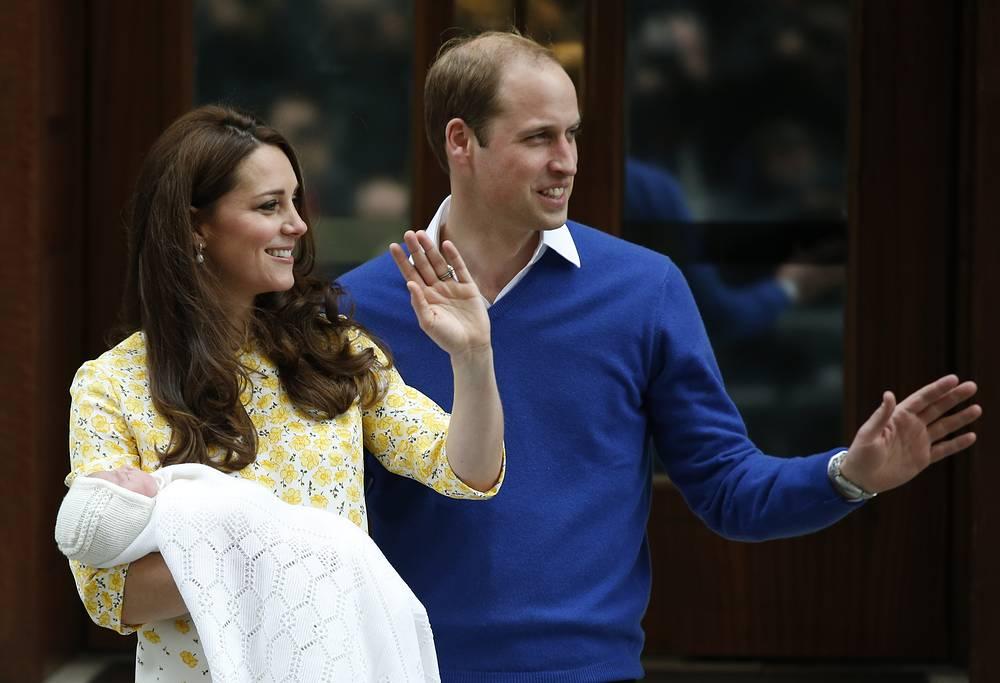 2 мая герцогиня Кембриджская Кейт родила девочку. Супруг Кейт принц Уильям присутствовал при появлении на свет принцессы, которая стала четвертой в череде престолонаследия. В этот же день родители новорожденной покинули роддом