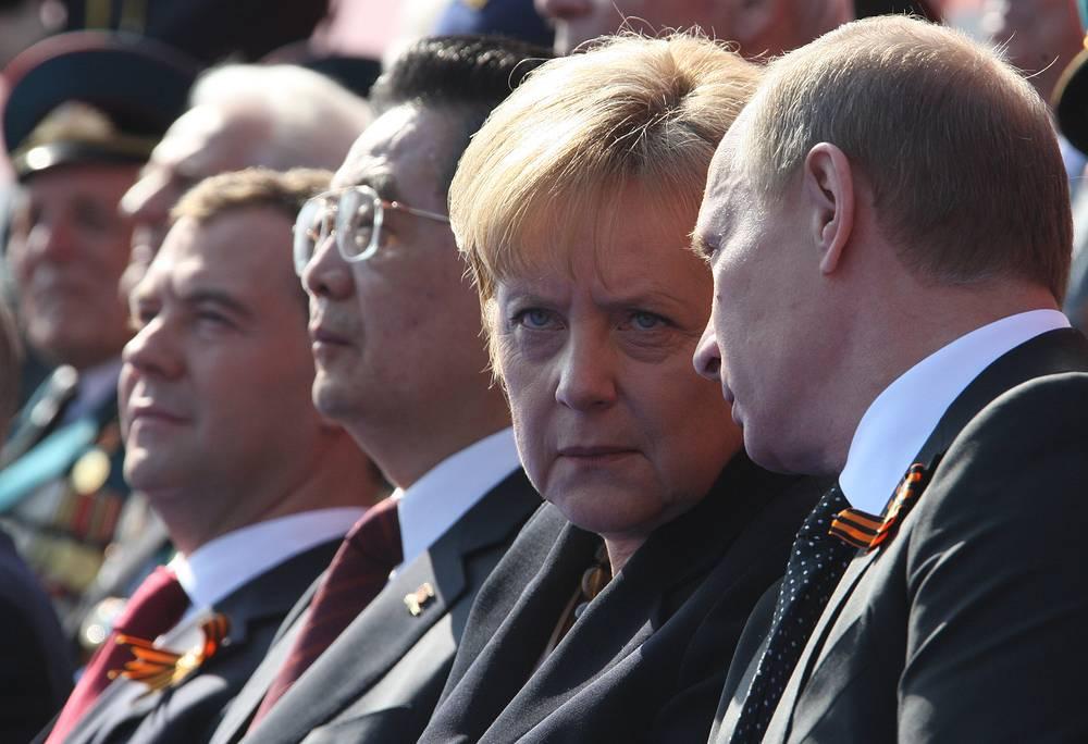 Президент России Дмитрий Медведев, председатель КНР Ху Цзиньтао, канцлер Германии Ангела Меркель и премьер-министр РФ Владимир Путин на военном параде, 2010 год