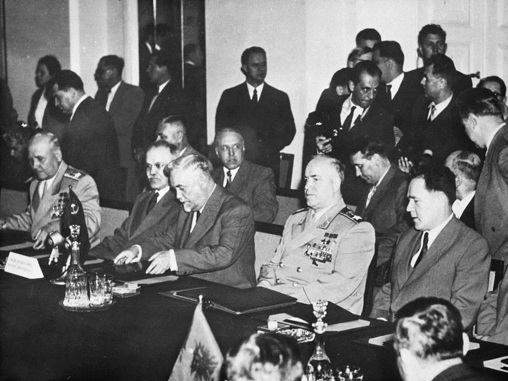 Варшавский договор (Договор о дружбе, сотрудничестве и взаимной помощи) был подписан 14 мая 1955 года Албанией, Болгарией, Венгрией, ГДР, Польшей, Румынией, СССР и Чехословакией. На фото: советская делегация при составлении договора. Слева направо: маршал Иван Конев (первый главнокомандующий Объединенными вооруженными силами стран - участниц Варшавского договора), глава МИД Вячеслав Молотов, председатель Совета министров Николай Булганин и министр обороны Георгий Жуков
