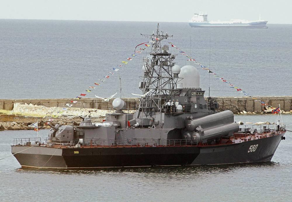 """Малый ракетный корабль """"Зыбь"""" в Калининградском морском канале"""