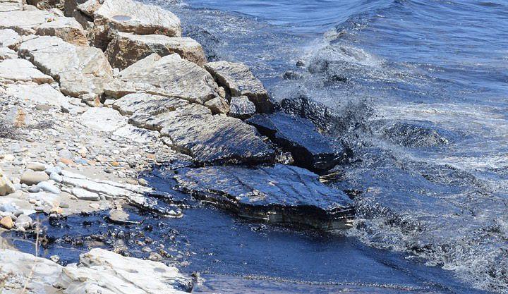 Значительное количество нефти попало в воду