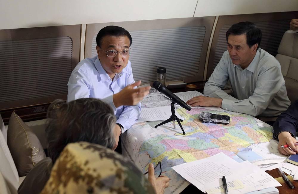 В район трагедии вылетел премьер Госсовета КНР Ли Кэцян совместно с вице-премьером Ма Каем и членом Госсовета Ян Цзином. На фото Ли Кэцян (в центре)