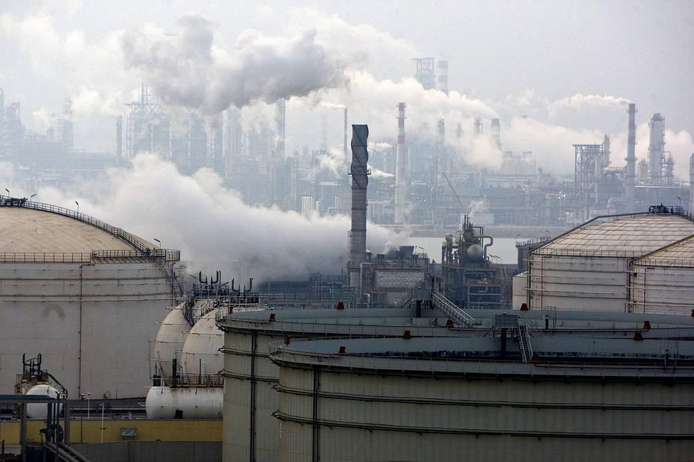 Грязный воздух от нефтеперерабатывающего завода в городе Циндао, Восточной китайской провинции Шаньдун
