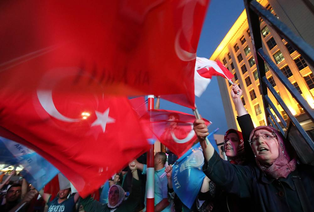 Лидеры оппозиции в первые же часы после того, как стало ясно, что Турцию ждет коалиционное правительство, категорично заявили, что не станут вступать в коалицию с ПСР. На фото: сторонники Партии справедливости и развития