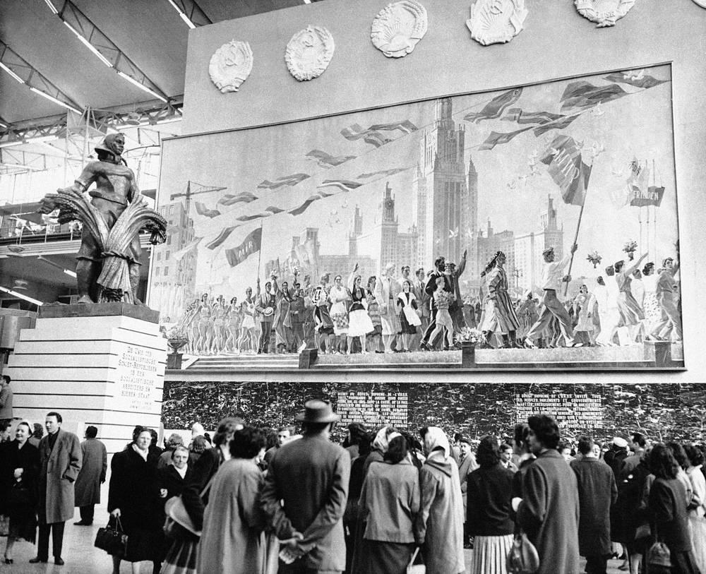 Всемирная выставка в Брюсселе 1958 г. ознаменовалась соперничеством советского и американского павильонов. В итоге павильон СССР получил гран-при выставки. На фото:  посетители выставки осматривают советский павильон