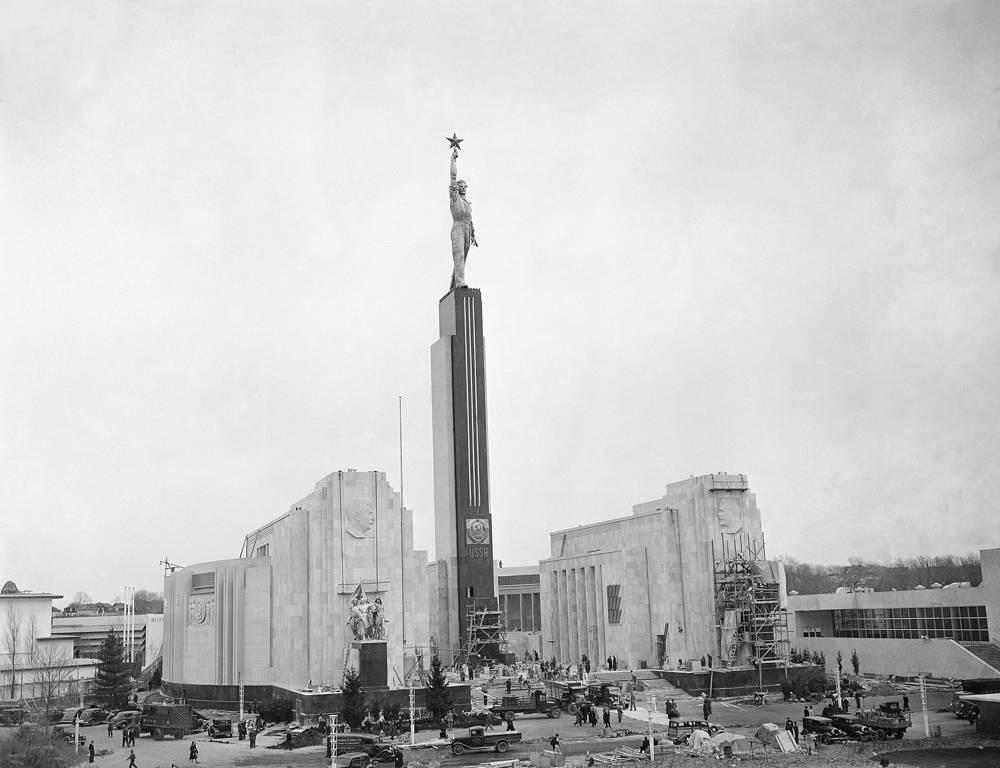 На выставке 1939 г. в Нью-Йорке советский павильон вновь был построен по проекту Иофана. Перед зданием стоял обелиск, увенчанный статуей рабочего с рубиновой звездой в поднятой руке (на фото). В экспозицию павильона было включено большое количество диорам