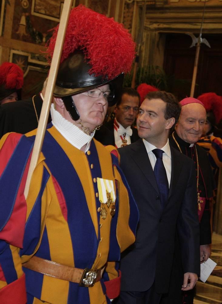 Президент РФ Дмитрий Медведев дважды приезжал в Ватикан и встречался с Бенедиктом XVI. На фото: Медведев во время посещения Апостольского Дворца, декабрь 2009 г.
