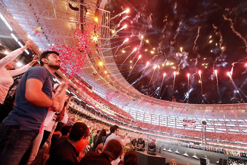Зрители на церемонии открытия I Европейских игр в Баку
