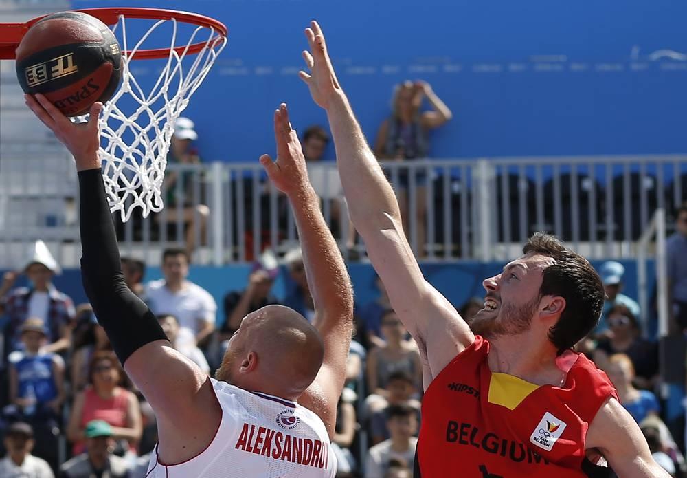 Россиянин Илья Александров и бельгиец Дамьен Лубри (слева направо) во время матча национальных команд по баскетболу 3х3