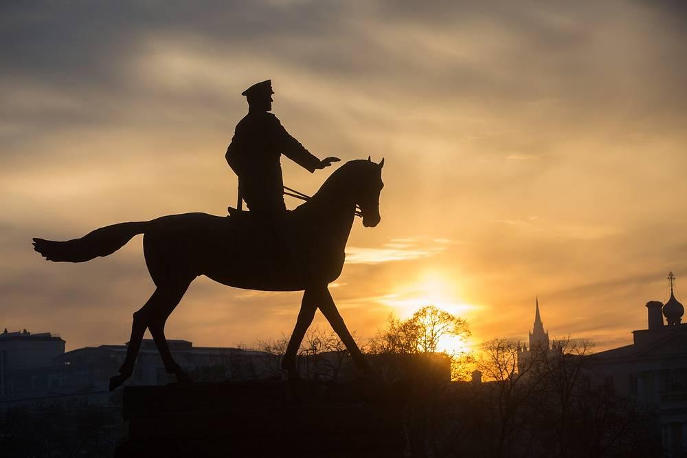 Памятник маршалу Советского Союза Георгию Жукову на Манежной площади, Москва