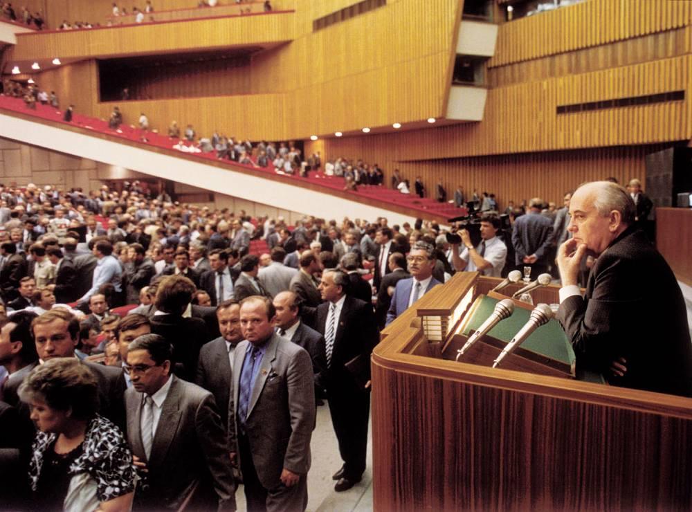 """По словам Горбачева, """"после съезда осталось тревожное впечатление хрупкости достигнутого прогресса"""". На фото: Горбачев после окончания заседания XXVIII съезда КПСС"""