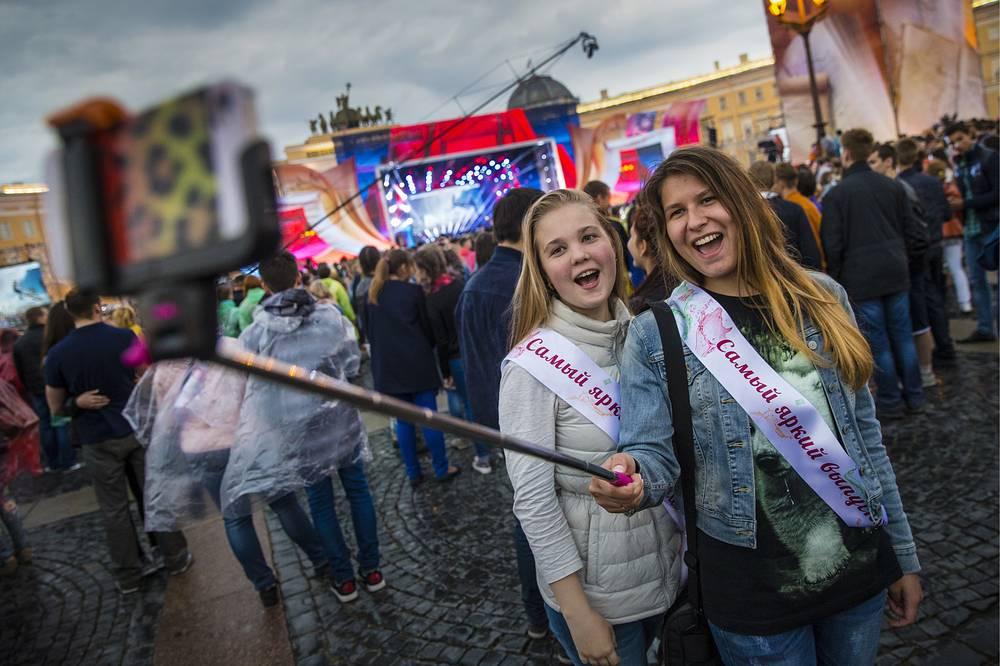"""Праздник выпускников школ """"Алые паруса"""" на Невском проспекте, Санкт-Петербург"""