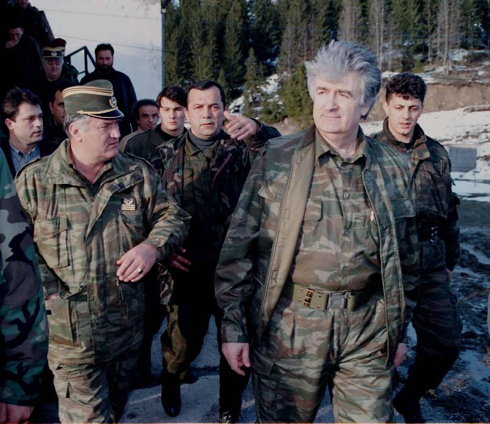 6 июля 1995 года войска Республики Сербской начали наступление на Сребреницу и 11 июля заняли город. Позже появилась информация, согласно которой сербы, вошедшие в город, совершали массовые убийства мусульман.  На фото: лидер боснийских сербов во время войны Радован Караджич (второй справа) и генерал Ратко Младич (слева) в сопровождении телохранителей на горе Власич в Сербии. 15 апреля 1995 года