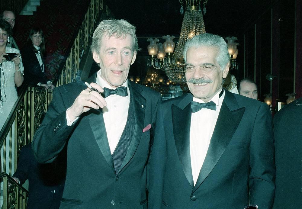 """Питер О'Тул и Омар Шариф на показе восстановленной версии фильма """"Лоуренс Аравийский"""" в Нью-Йорке 4 февраля 1989 года"""