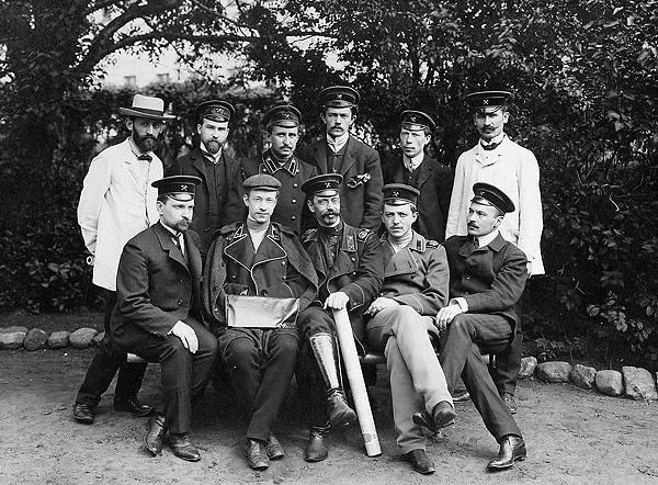 Выпускники ИМТУ во дворе Училища, 1909 год
