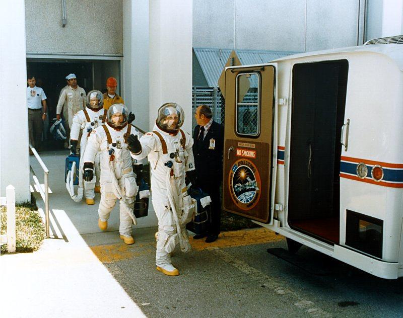 Американские астронавты отправляются к месту старта, 15 июля 1975 года