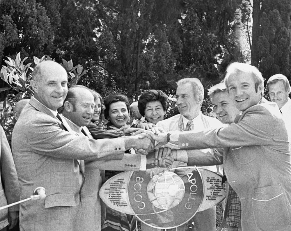 """Советские и американские космонавты участники совместного полета кораблей """"Союз-19"""" и """"Аполлон"""" в парке """"Ривьера"""", 2 октября 1975 года. Томас Стаффорд (крайний слева), Алексей Леонов (второй слева), Дональд Слейтон (четвертый справа), Валерий Кубасов (третий справа) и Вэнс Бранд (второй справа)"""