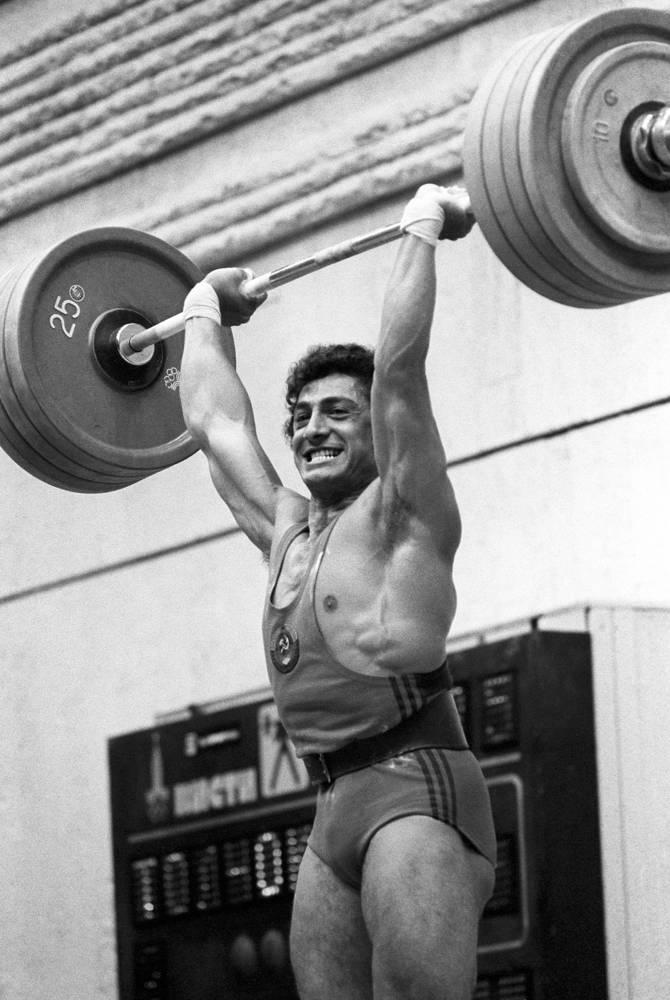 Чемпион по тяжелой атлетике в весовой категории до 82,5 кг Юрик Варданян установил два мировых рекорда - в толчке и сумме двоеборья. На фото: на штанге - 222,5 кг