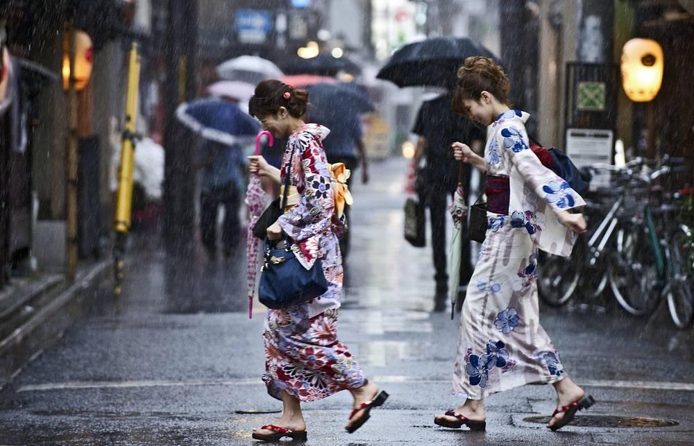 """16 июля около 50 тыс. человек в Японии получили рекомендации об эвакуации в связи с приближением тайфуна """"Нангка"""". На прошлой неделе Япония перенесла удар тайфуна """"Чан-хом"""", который на несколько дней оставил без света около 15 тыс. жителей южной части страны. На фото: Киото, Япония"""