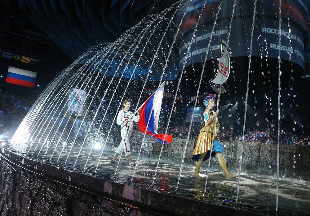 24 июля состоялось открытие чемпионата мира по водным видам спорта в Казани. На фото: знаменосец сборной России, олимпийская чемпионка по синхронному плаванию Наталья Ищенко