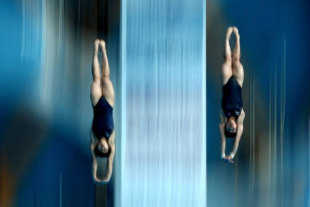 Спортсменки из КНДР Ким Ун Хян и Сон Нам Хян в соревнованиях по синхронным прыжкам в воду с вышки 10 м среди женщин, 27 июля