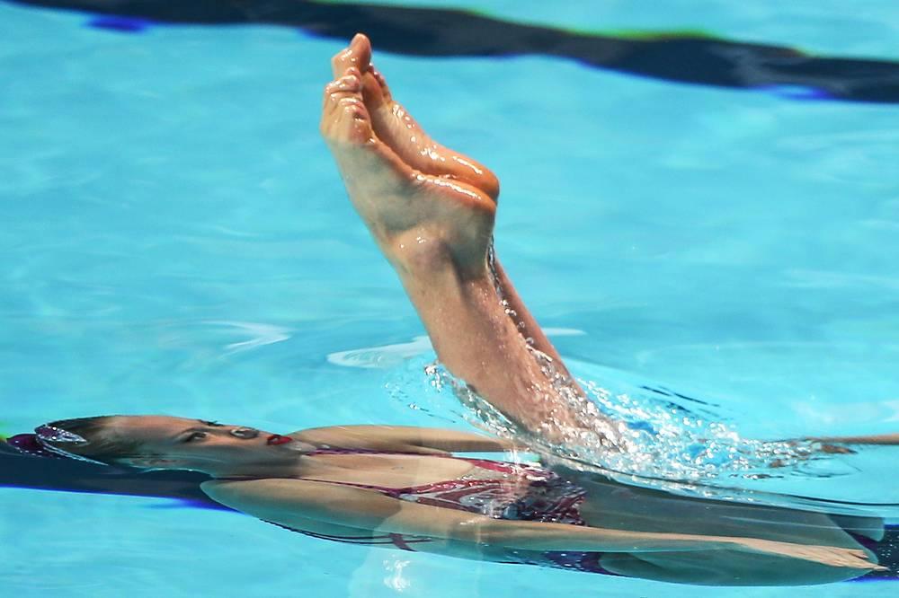 Канадка Жаклин Симоно во время выступления с произвольной программой в финале соревнований по синхронному плаванию среди женщин, 29 июля