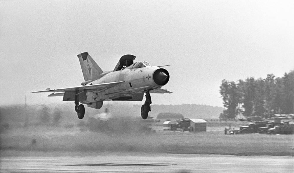 МиГ-21 - первый советский многоцелевой истребитель третьего поколения с одним двигателем, разработанный в середине 1950-х годов