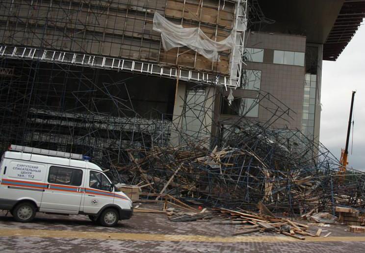 6 августа в Сургуте обрушились 30-метровые леса строящегося Дворца искусств. В результате ЧП погиб один человек, около двух десятков пострадали