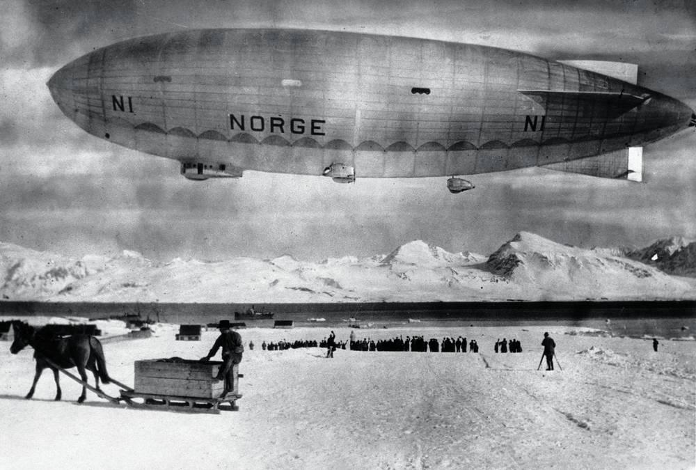"""Шпицберген всегда вызывал интерес исследователей и бизнесменов. Интерес к нему возрос в начале ХХ в., когда там были обнаружены месторождения угля. На фото: экспедиция """"Северный полюс"""" норвежского путешественника Руаля Амундсена, май 1926 года"""