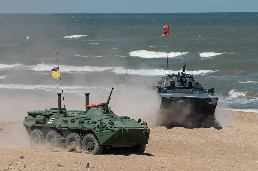 Российский экипаж БТР-80 и китайский экипаж БМП-05 (слева направо)