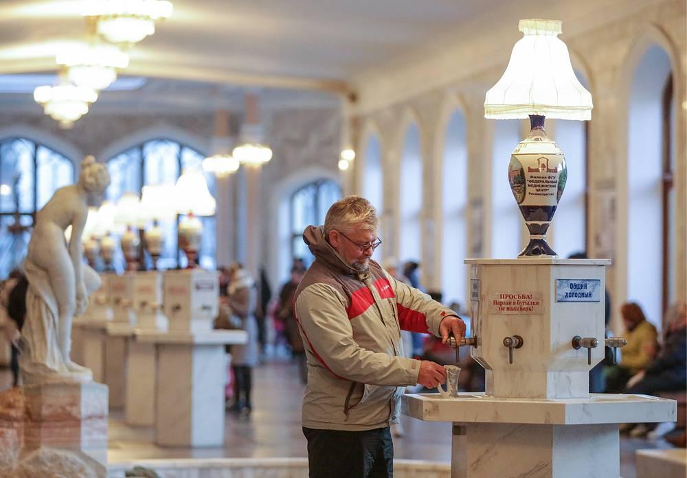Отдыхающие в Нарзанной питьевой галерее в Кисловодске, Ставропольский край