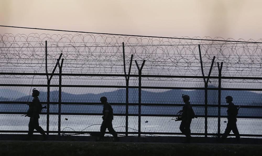 Также в 1953 г. была определена, без согласия КНДР, западная морская граница между двумя странами. На фото: корейские солдаты в районе Демилитаризованной зоны