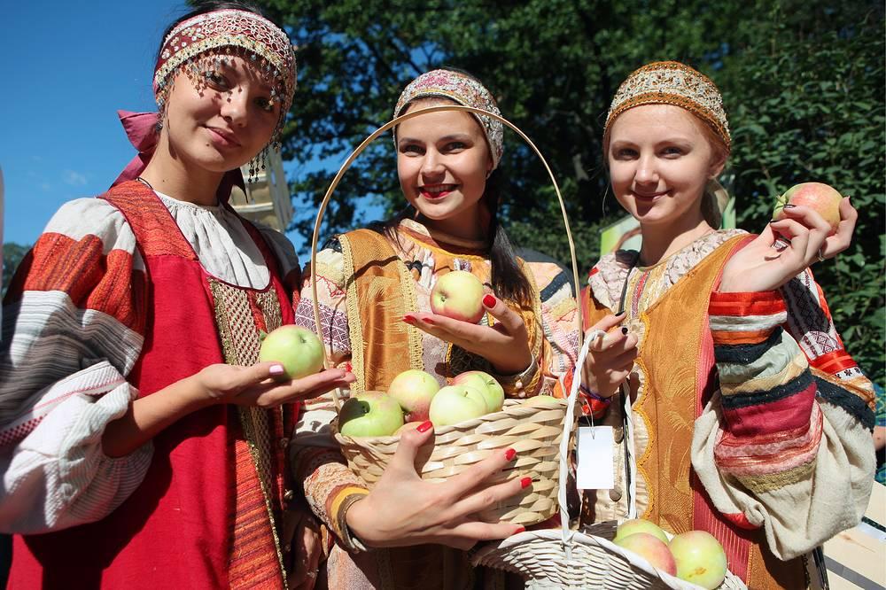 Во время празднования Преображения Господня (Яблочного Спаса) в Санкт-Петербурге, 19 августа