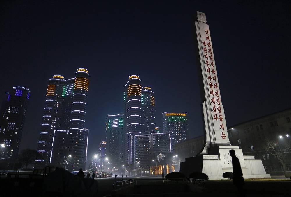 """Во время Корейской войны (1950-1953 гг.) Пхеньян был практически полностью разрушен, но в короткие сроки его отстроили заново.  На фото: ночной Пхеньян, стела с надписью """"Наши великие товарищи Ким Ир Сен и Ким Чен Ир всегда будут с нами"""" (на переднем плане)"""