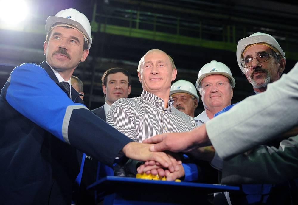 Челябинская область. Владимир Путин принял участие в запуске машины непрерывного литья сталезаготовок на открытии реконструированного электросталеплавильного цеха №6 Челябинского металлургического комбината (ЧМК). 23 июля 2010 года