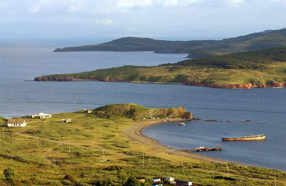 Вид с острова Рейнеке на остров Попова