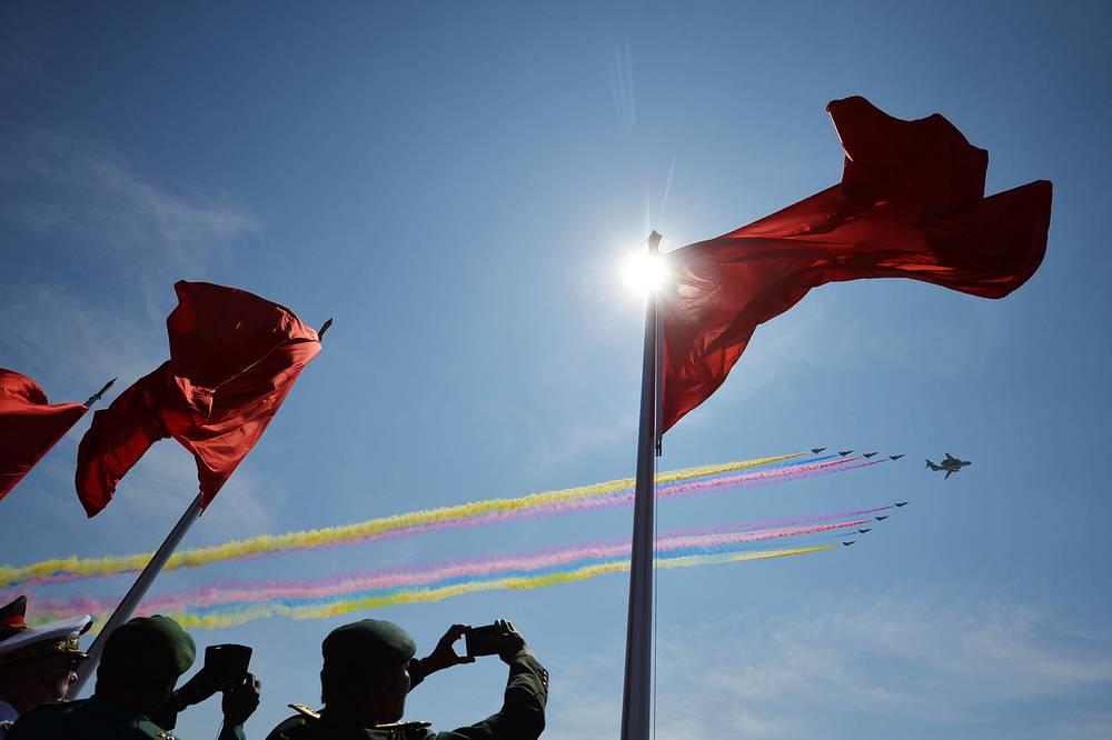 Торжественное мероприятие в Пекине стало первым парадом, устроенным в годовщину окончания войны: прежде в столице Китая проходили лишь парады по случаю Дня образования КНР.  На фото: парад на площади Тяньаньмэнь
